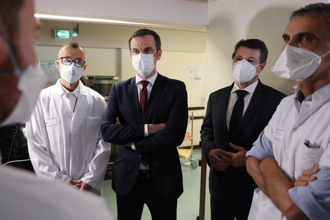 The Minister of Health, Olivier Véran, the Mayor of Nice, Christian Estrosi, and Professor Michel Carles at the Nice hospital, February 20, 2021.